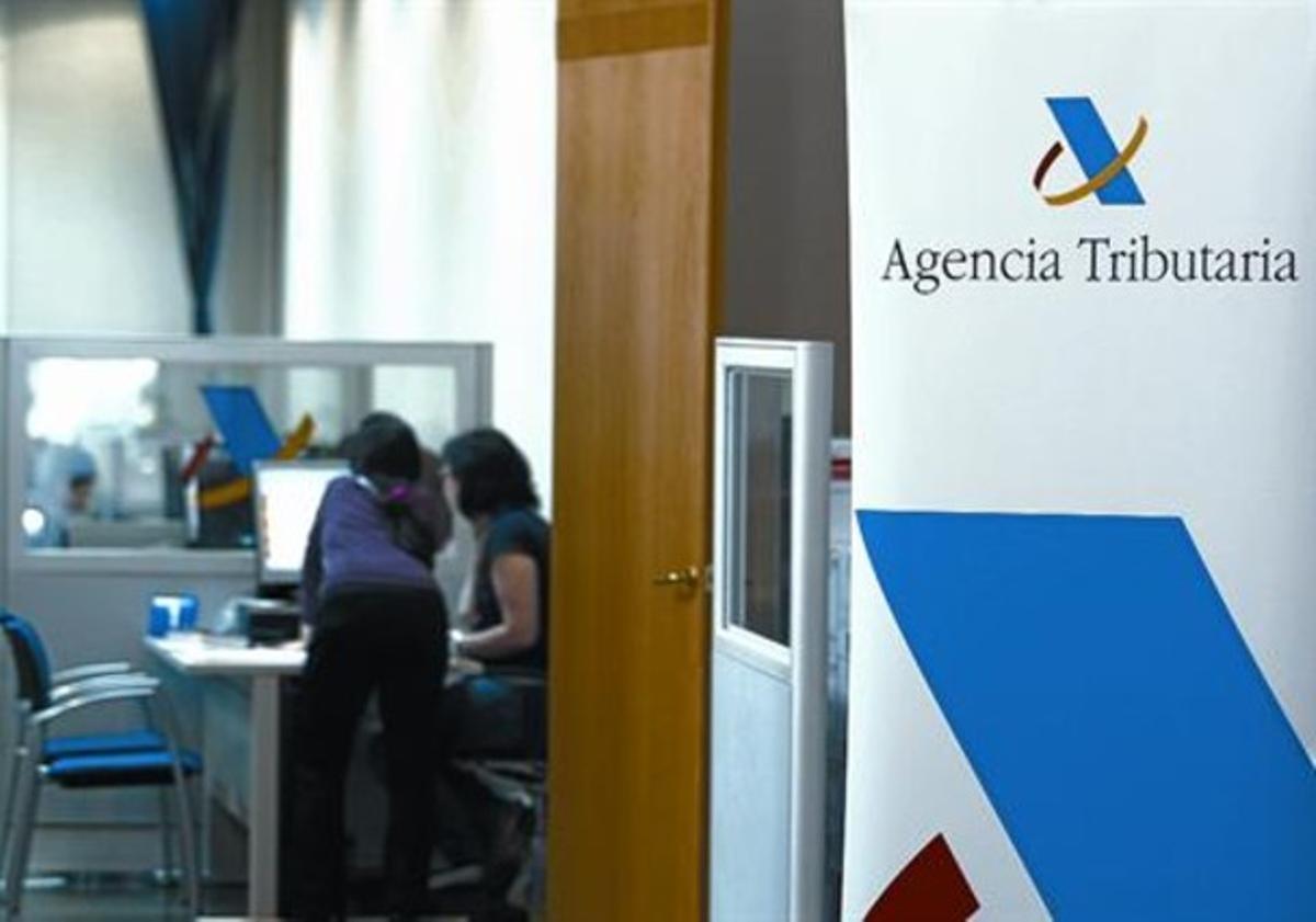 Ambiente en el inicio de la campaña de la renta en una oficina de la Agencia Tributaria en Barcelona.
