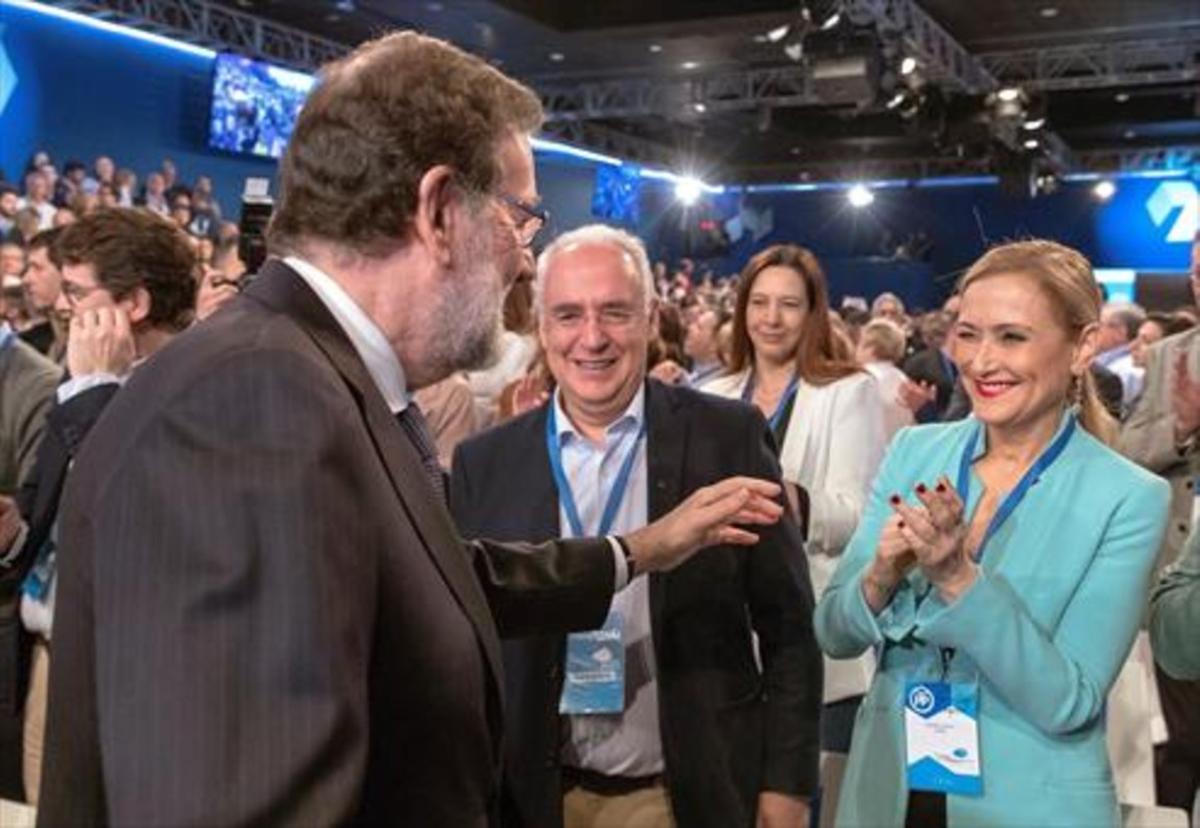 Rajoy saluda a Cifuentes, en la clausura de la convención popular, el pasado 8 de abril en Sevilla.