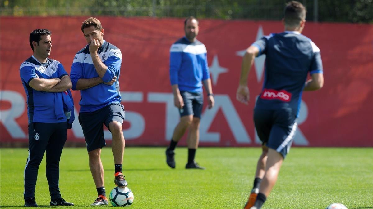 Raúl Tamudo conversa con David Gallego, esta sábado, en el primer entrenamiento del técnico con el primer equipo del Espanyol.