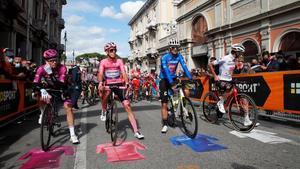 Los líderes del Giro, en la salida de la décima etapa.