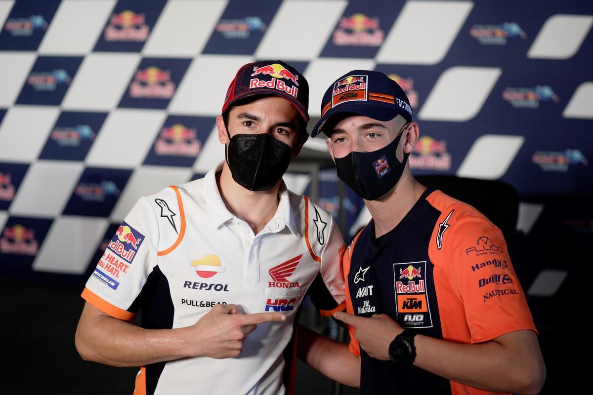 Marc Márquez da la bienvenido, ayer, en Jerez, al 'rookie' Pedro Acosta.