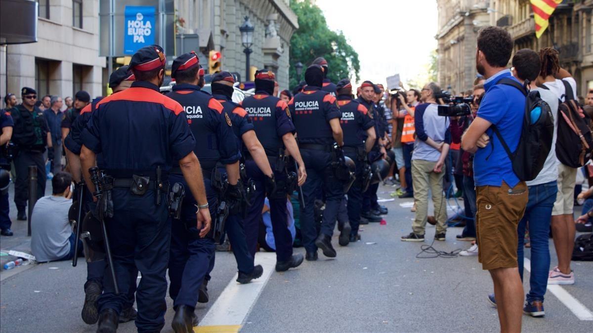 Los Mossos en formación por la Via Laietana.