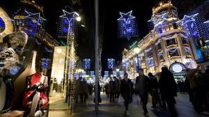 Compras navideñas en el Portal de l'Àngel de Barcelona.