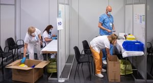 Desmontaje del vacunódromo de La Farga (L'Hospitalet), este miércoles. FOTO DE PORTADA Y VÍDEO: MANU MITRU