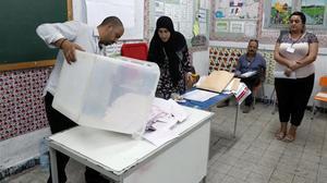 Recuento de votos en un colegio electoral en Túnez, la capital del país.