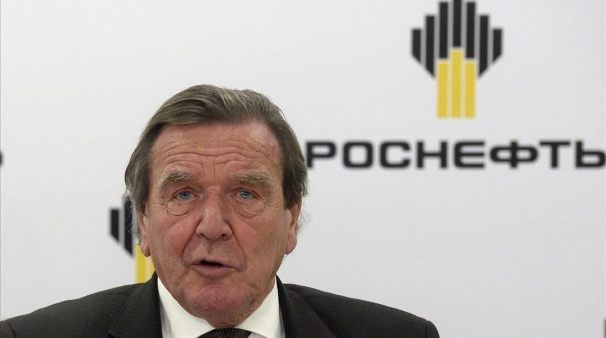 El excanciller alemán, Gerhard Schroeder, en su comparecencia en San Petesburgo tras ser nombrado presidente de la petrolera rusa Rosneft.