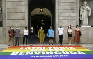Barcelona presenta una alfombra contra el odio LGTBI. La alcaldesa Ada Colau ha asistido al acto.