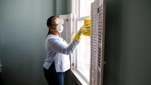 Mujer haciendo tareas de limpieza