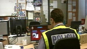Un agente de la Policía Nacional trabaja con un ordenador.