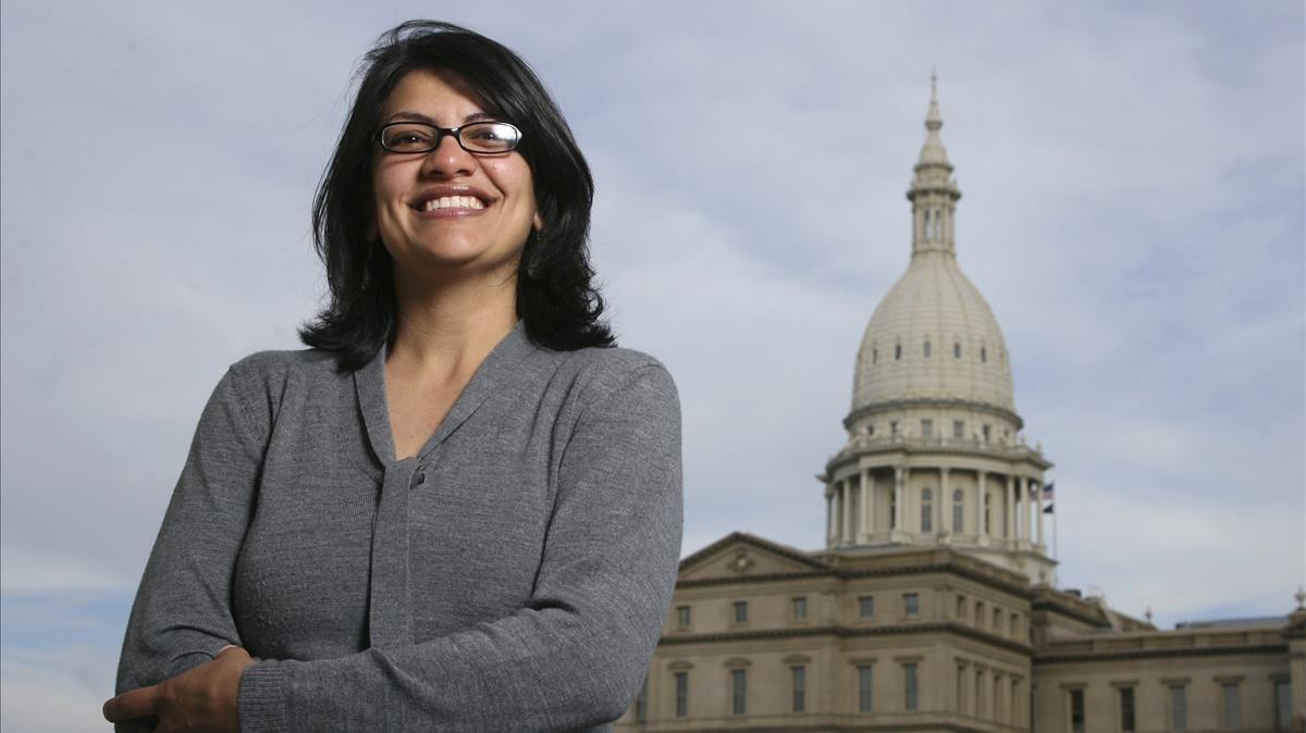 Rashida Tlaib, junto a la fachada del Capitolio de Michigan, en Lansing.