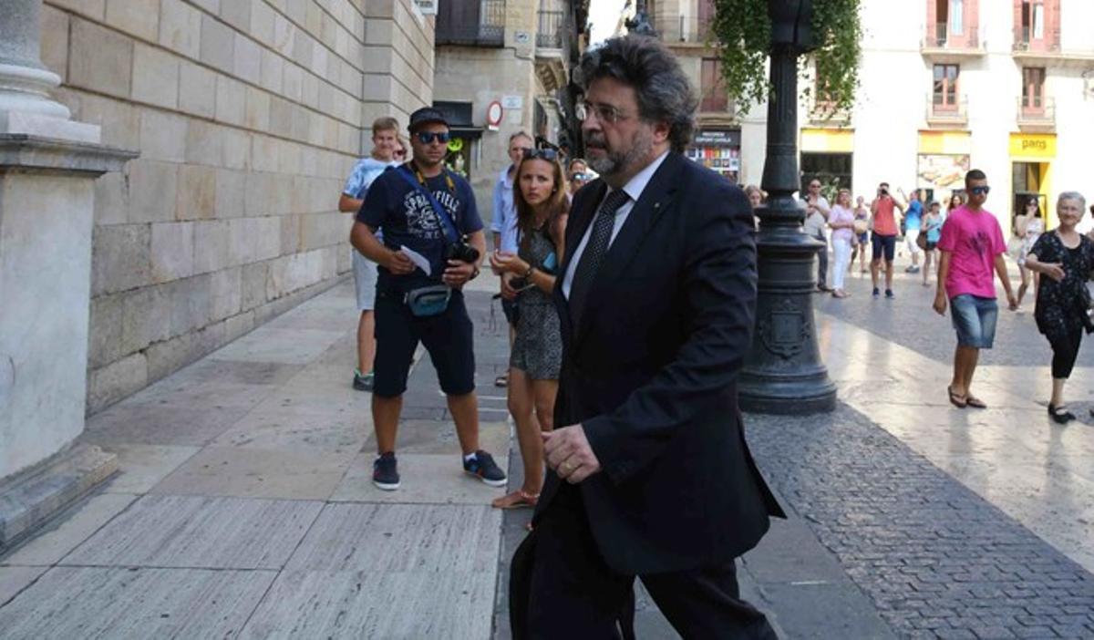 El exdirigente de Unió Antoni Castellà entrando en el Palau de la Generalitat para incorporarse a la cumbre soberanista.