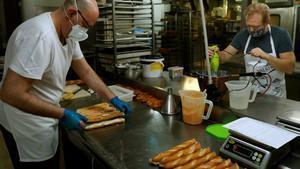 Trabajo en el obrador de una pastelería del barrio de Sants de Barcelona.
