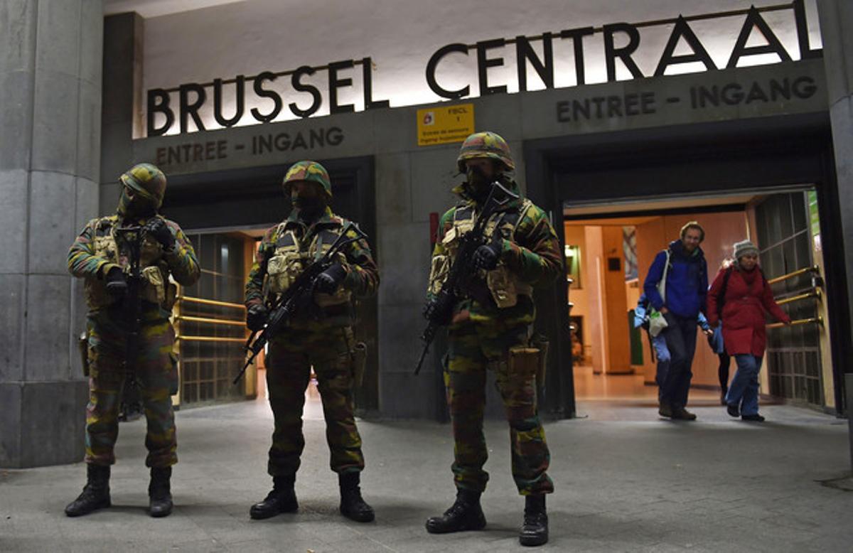 Soldados enmascarados frente a la estación central de Bruselas en una operación contra el yihadismo.