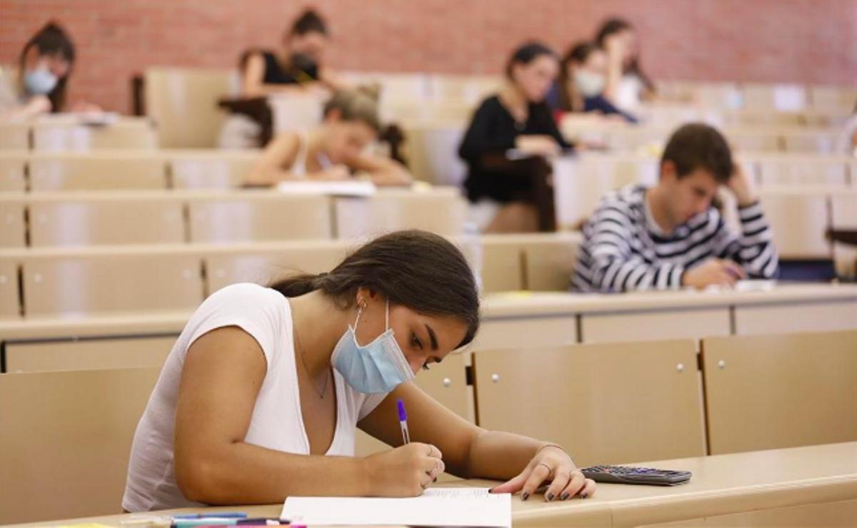 Un grupo de estudiantes realizan las pruebas de acceso a la universidad, en julio de 2020 en Barcelona.