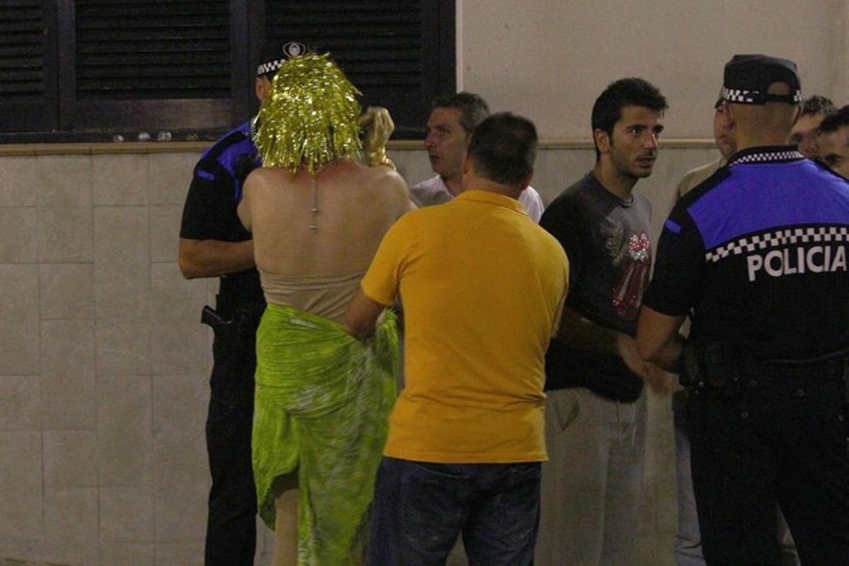 Grupo de jóvenes dialogan con la policía durante una despedida de soltero en Tossa.