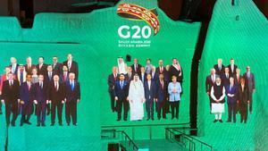Montaje de foto de familia de la cumbre virtual del G-20 en Riad.