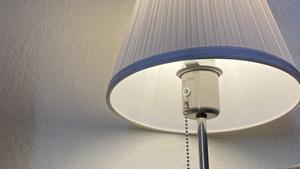 Una lámpara.