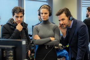 Bernabé Rico (izquierda) comprueba cómo ha quedado una escena con Juana Acosta y Daniel Grao.