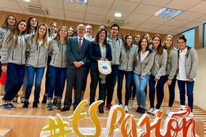 La selección femenina de waterpolo junto a Maria José Rienda, en la visita al CSD