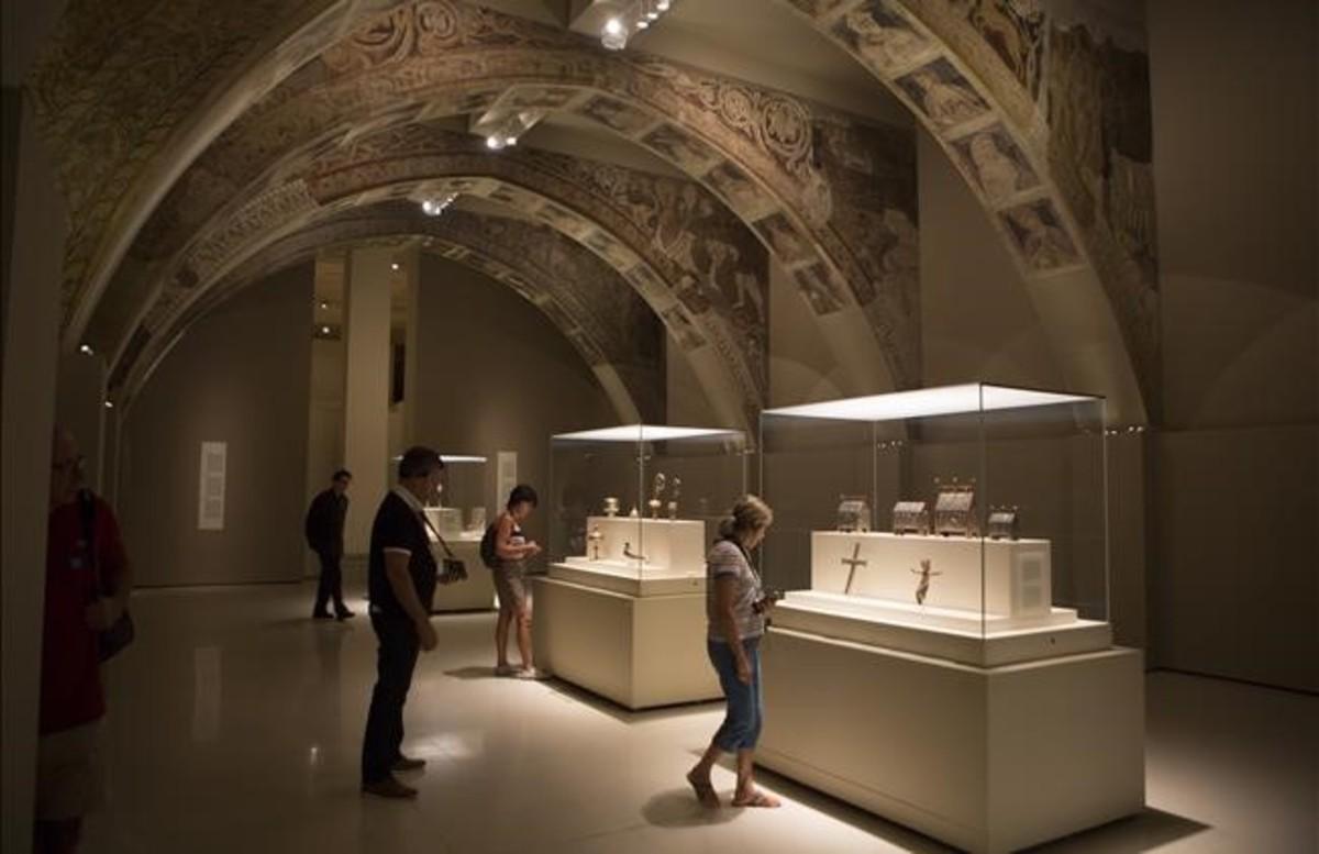 Visitantes del MNAC, en la sala donde se exhiben las pinturas de la sala capitular del monasterio de Sijena.