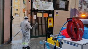 Limpieza del centro educativo Joan Maragall, en l'Hospitalet de Llobregat.