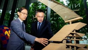 Tadao Kamei explica a Josep Maria Bartomeu detalles sobre la maqueta del futuro Camp Nou, el 22 de julio en Tokio.