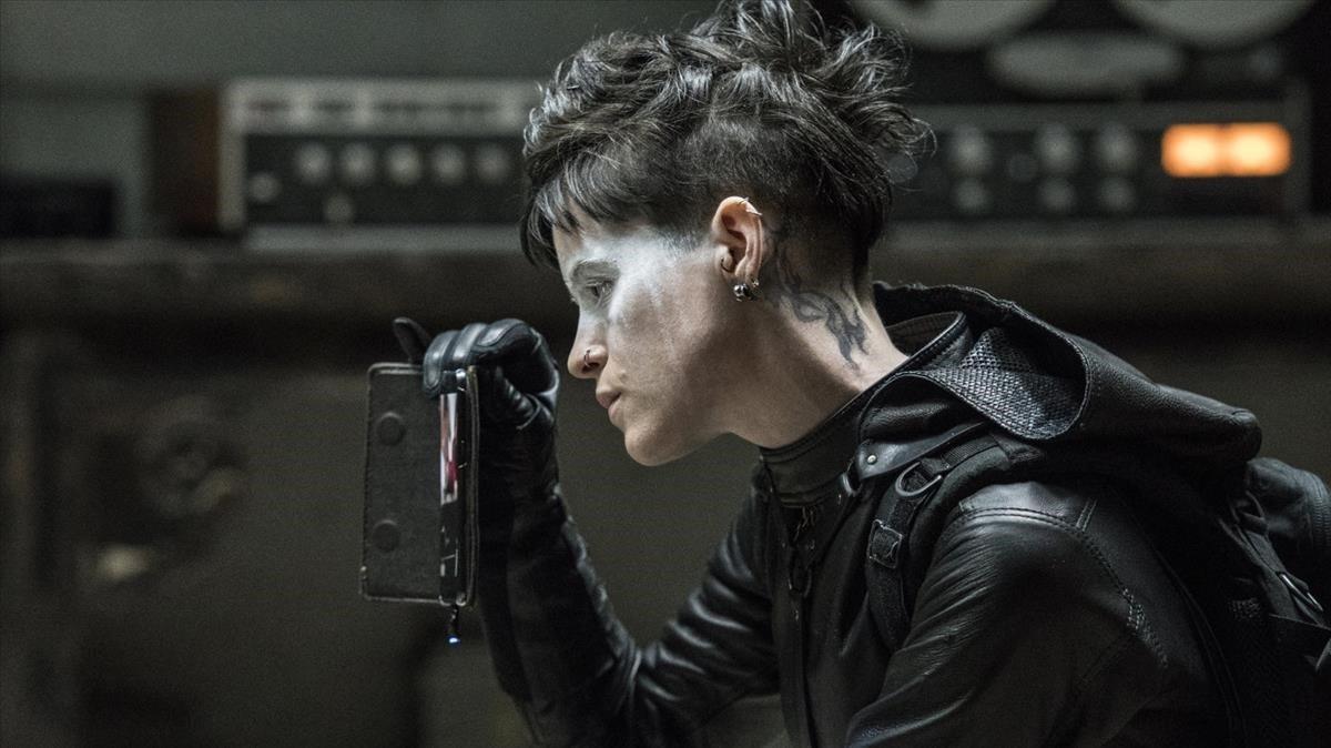 Claire Foy, como Lisbeth Salander, en un fotograma de 'Millennium. Lo que no te mata te hace más fuerte'