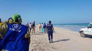 Labores de rescate tras el naufragio de dos embarcaciones de inmigrantes frente a las costas de Yibuti.