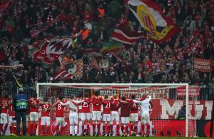 El Bayern celebra con su afición la goleada al Arsenal.