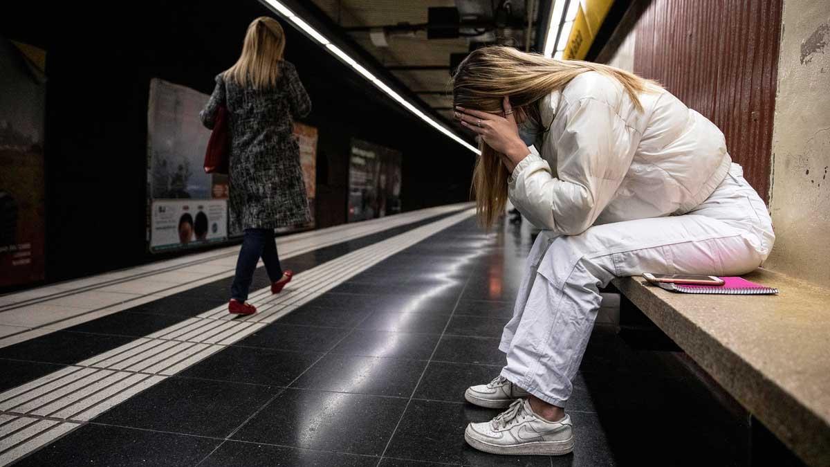 Más agentes y cámaras para evitar agresiones a mujeres en el metro de Barcelona. Así lo ha explicado la presidenta de TMB, Rosa Alarcón. En la foto, dos mujeres en la estación de Passeig de Gràcia de Barcelona.
