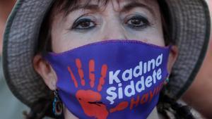 Una manifestante con una mascarilla con el lema 'No a la violencia contra las mujeres', el miércoles en Estambul.