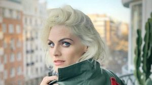 Amaia Salamanca posa con su nuevo 'look' rubio platino.