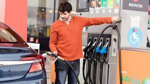 L'IPC puja sis dècimes per les gasolines i la llum, però continua en taxes negatives