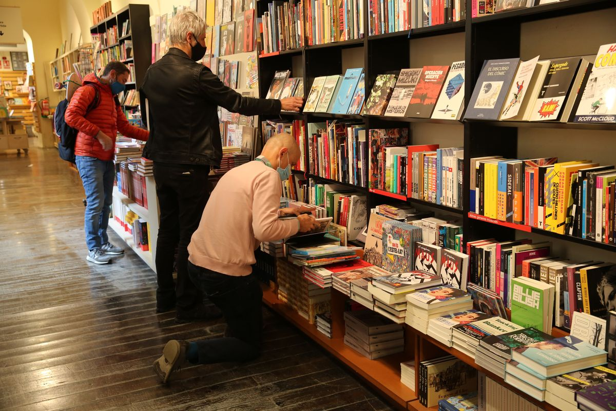 Lectores eligiendo libros en una librería de Barcelona