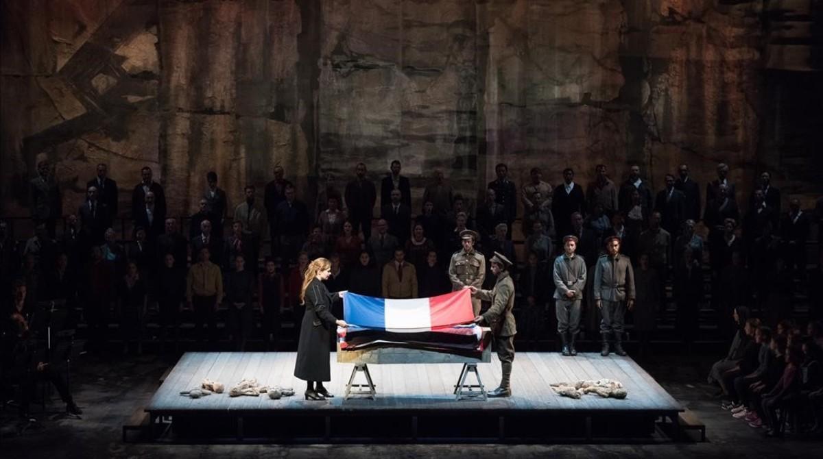 Un momento de la representación de 'War Requiem, de Benjamin Britten, con una puesta en escena de Yoshi Oida, en la Ópera de Lyon.