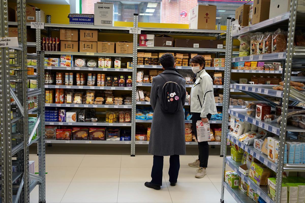 Dos compradores en el supermercado cooperativo La Osa, en Madrid.
