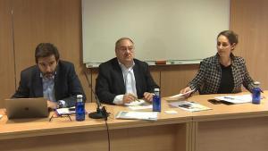 El padre de una víctima de la tragedia de Germanwings, Narcís Motjé, en el centro, y los abogados Carlos Villacorta y Rebeca Martínez, durante la presentación de la demanda contra Lufthansa.