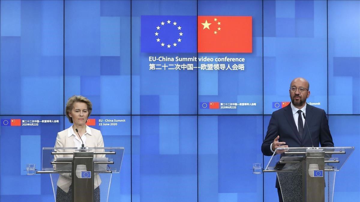 La presidente a del Comisión Europea,Ursula von der Leyen,y el presidente del Consejo Europeo,Charles Michel,en la reuda de prensa posterior a la cumbre virtual con el presidente de China, Xi Jinping.