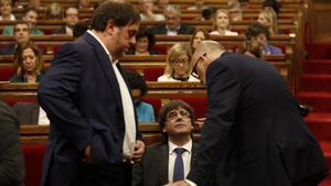 Oriol Junqueras, Carles Puigdemont y Lluis Corominas en el inicio del Ple del Parlament.
