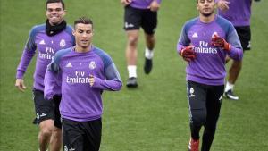 Ronaldo, junto a Pepe y Keylor Navas en el entrenamiento de este viernes en Valdebebas.