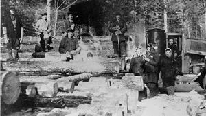 Hombres y mujeres presos en un campo del gulag ruso.