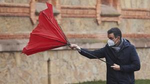 Sánchez estima que 20 millones de españoles estarán vacunados en mayo. En la foto, el presidente, con el paraguas al revés, a su llegadaa la Capilla del Seminario Mayor de Comillas, Cantabria.