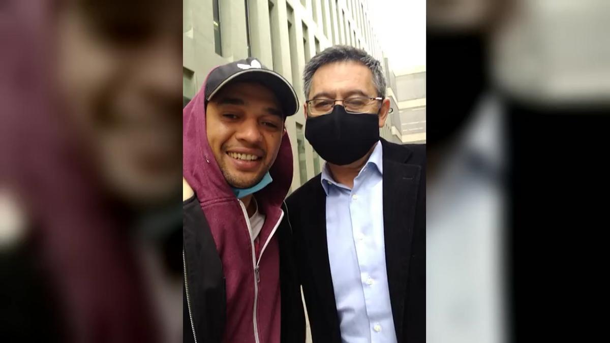 Bartomeu se hace un selfi con un admirador a su salida de los juzgados.
