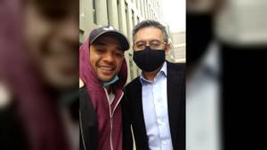 Selfi de Bartomeu con un admirador a la salida de los juzgados.