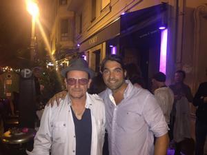 Bono, con un fan ante el pub Jockey de Valencia.