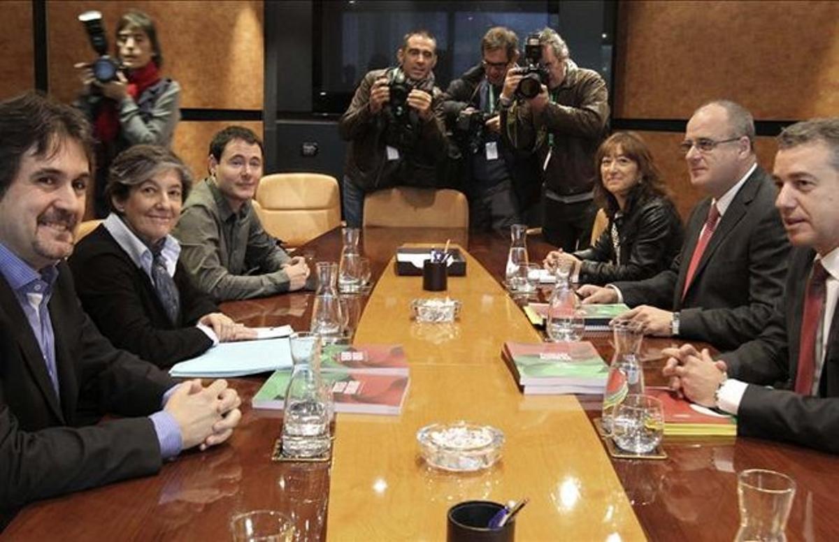 Pello Urizar (Eh Bildu), a la izquierda, en la reunión de la coalición con el PNV (el ahora lendakari Iñigo Urkullu, a la derecha), el pasado 30 de octubre en Bilbao, tras las elecciones vascas. EFE / ALFREDO ALDAI