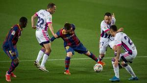 Messi, junto a Dembélé, intenta escaparse de la presión de Nacho, Roque Mesa y Olaza.