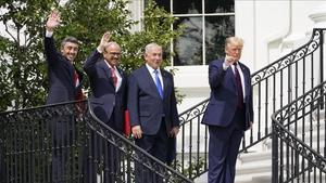 De izquierda a derecha: el ministro de Exteriores de Emiratos Árabes Unidos,Abdullábin Zayed al-Nahyan, su homólogo de Baréin, Jalid bin Ahmed Al Jalifa, el primer ministro israelí, Binyamin Netanyahu, y el presidente de Estados Unidos,Donald Trump.