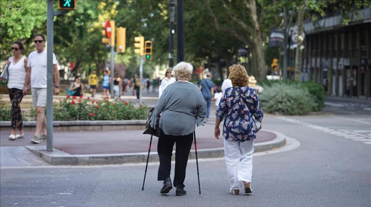 Dos mujeres paseando por el Passeig de Sant Joan