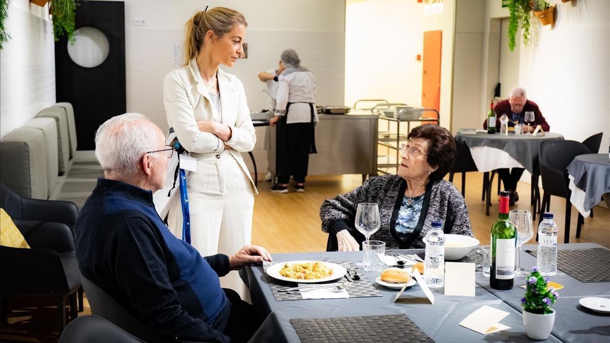A mediodía, el comedor comunitario congrega a los usuarios de los apartamentos con servicios que prefieren no cocinar.